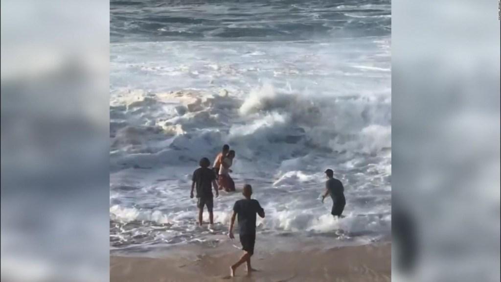 Surfista rescata a mujer de aguas turbulentas en Hawai