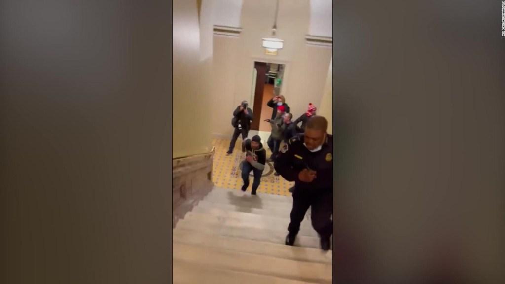 Agitadores pro-Trump persiguen a policía en el Capitolio