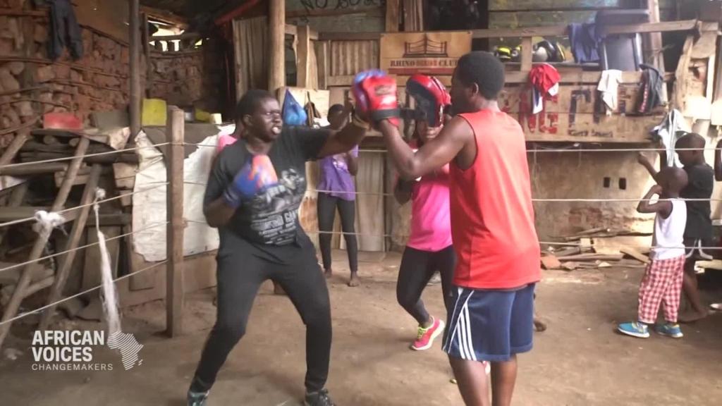 Boxeadora enseña autodefensa a jóvenes de su barrio