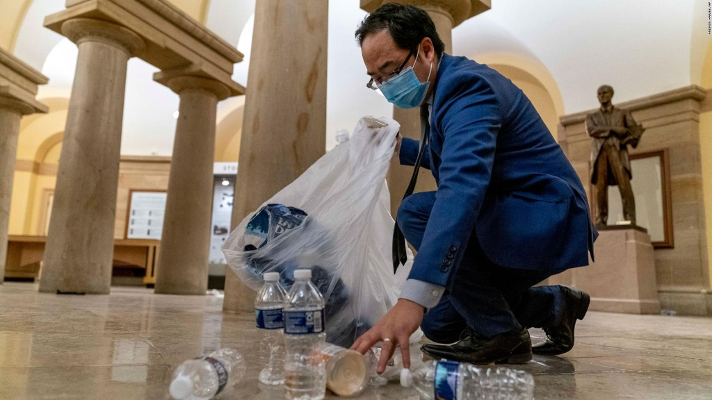 Congresista cuenta por qué ayudó a limpiar el Capitolio