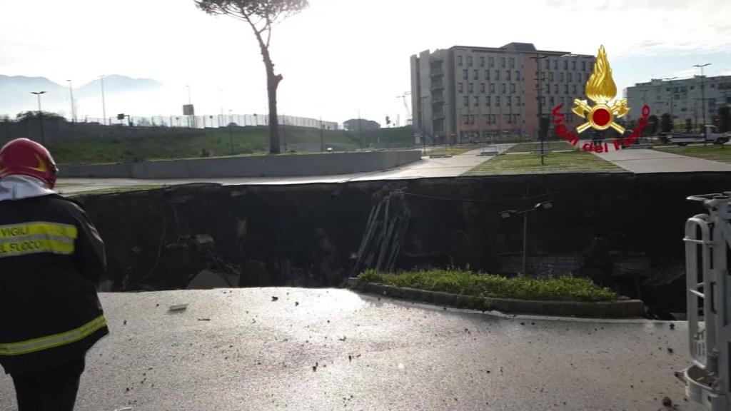Se abre socavón en estacionamiento de hospital en Nápoles