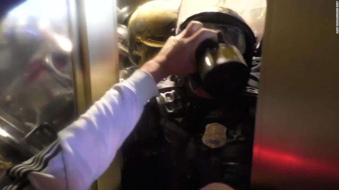 Un video perturbador muestra a un agente aplastado contra la puerta por una turba que asalta el Capitolio