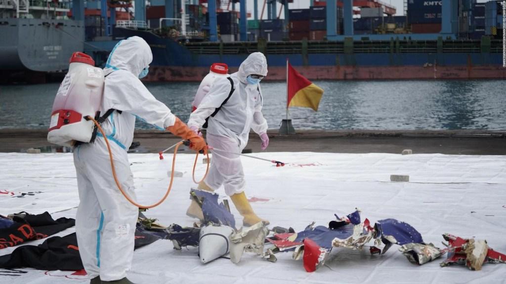 Buscan a pasajeros del avión que cayó en Indonesia