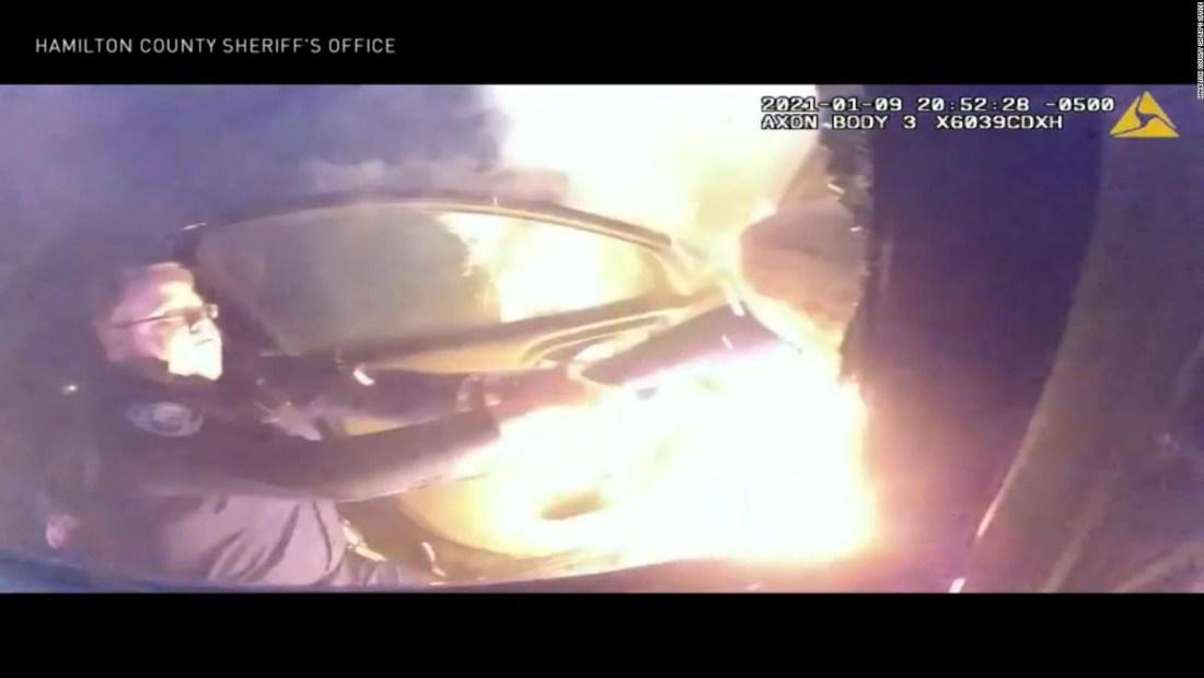 Heroico rescate de una mujer en un auto en llamas