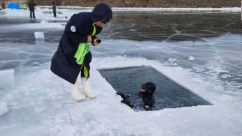 Mujer habría roto récord nadando en este lago congelado