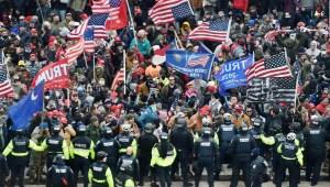 ¿Ayudaron policías y políticos en ataque al Capitolio?
