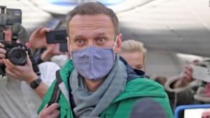 Detienen a Navalny a su regreso a Rusia