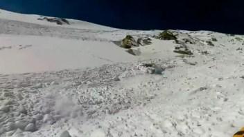Sobrevive a una avalancha mientras hacía snowboard