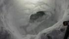 Construyó una cueva de nieve para sobrevivir en la montaña