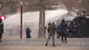 Policía holandesa dispersa protesta con cañones de agua