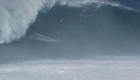 Increíbles imágenes de olas de 12 metros en Hawai