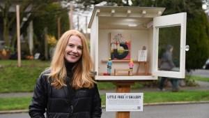 Artista crea pequeña galería de arte en la calle