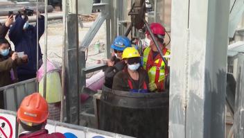 Rescatan con vida a mineros atrapados en China