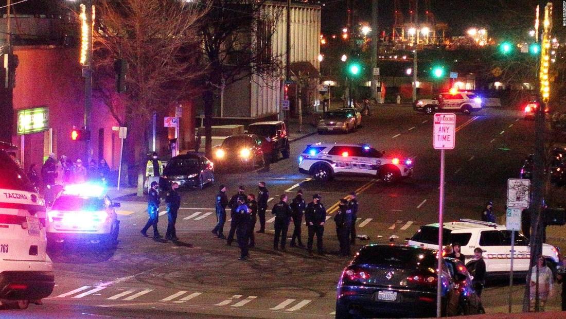 Auto de agente de policía embiste a una multitud