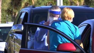 Es un calvario encontrar vacunas, dicen adultos mayores en Florida