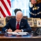 Biden firma decretos para retomar Obamacare y salud reproductiva