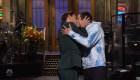 El beso entre John Krasinski y Pete Davidson en 'SNL'