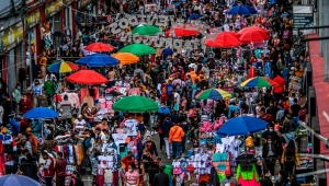 TOPSHOT - People shop for Christmas gifts at a commercial street in the San Victorino neighborhood of Bogota on December 21, 2020, amid the new coronavirus pandemic. - The main cities in Colombia announced Monday restrictions that affect some 15 million people due to an increase in the speed of contagion of the new coronavirus in the framework of the Christmas festivities (Photo by Juan BARRETO / AFP) (Photo by JUAN BARRETO/AFP via Getty Images)