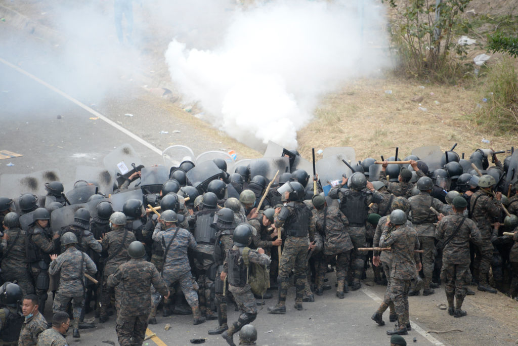Ejército y Policía Nacional Civil de Guatemala detuvieron con garrotazos y gases lacrimógenos a grupo de migrantes