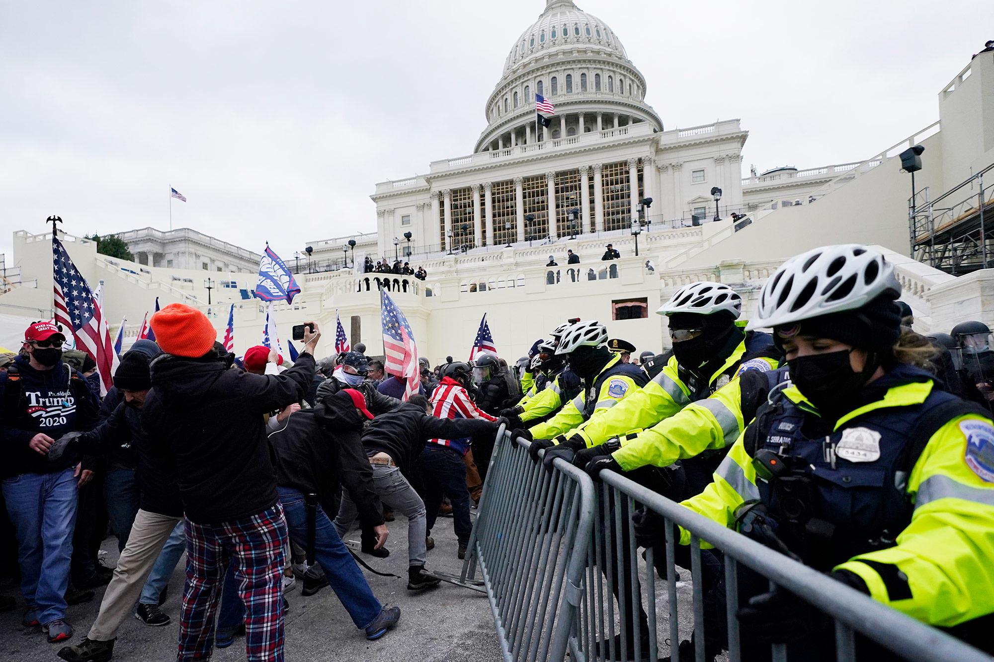 Turba invadió el Capitolio: agitadores armados entraron al Congreso, minuto  a minuto   CNN