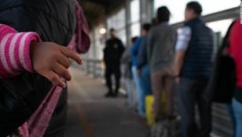 'Es frustrante': miles de migrantes esperan en México por respuestas de la administración de Biden