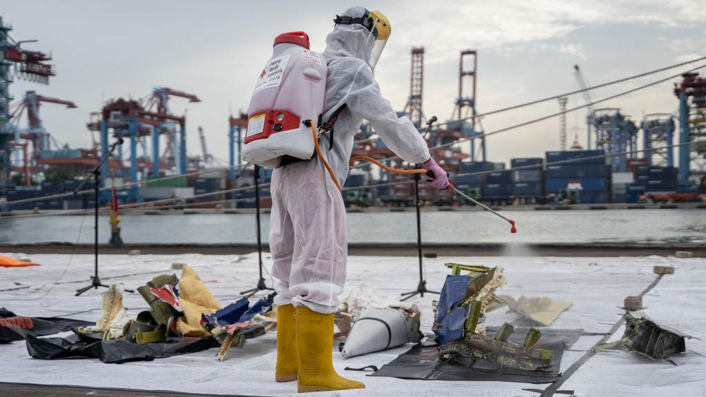 Familiares de los fallecidos en accidente de avión en Indonesia lloran la pérdida mientras la investigación continúa