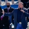 """El músico Garth Brooks interpreta """"Amazing Grace"""" en la toma de posesión de Biden"""