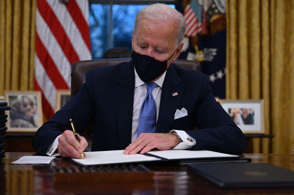 Biden firma primeros decretos en la Oficina Oval
