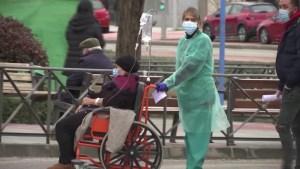 Autoridades de España, preocupadas por un posible colapso hospitalario