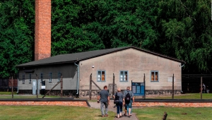Exsecretaria de campo de concentración nazi enfrenta acusación