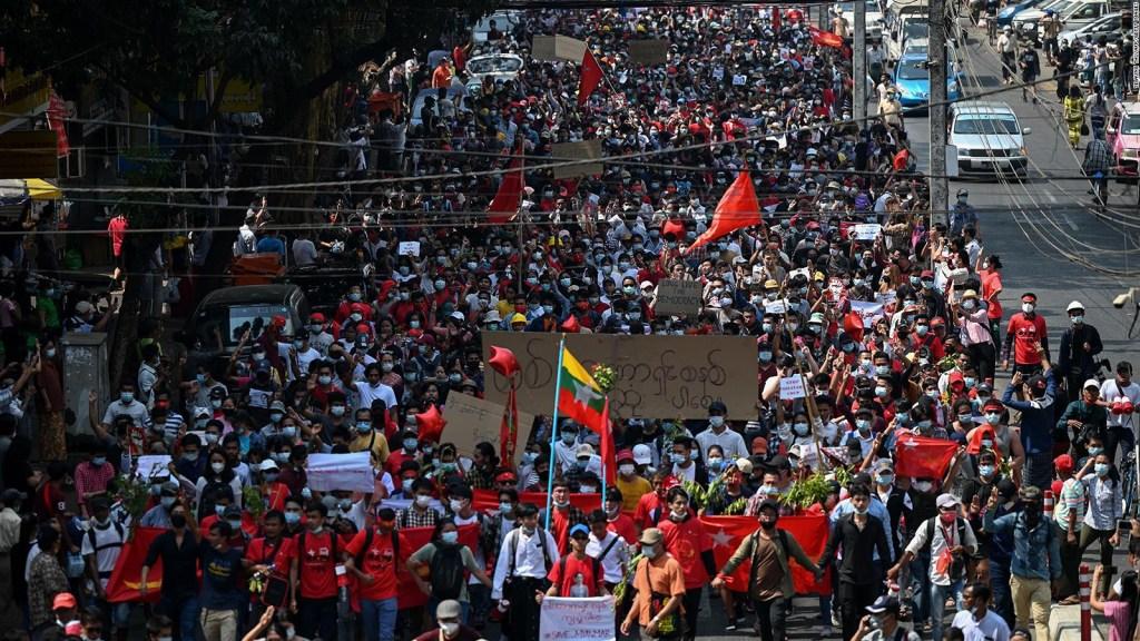 Jóvenes impulsan multitudinarias protestas en Myanmar