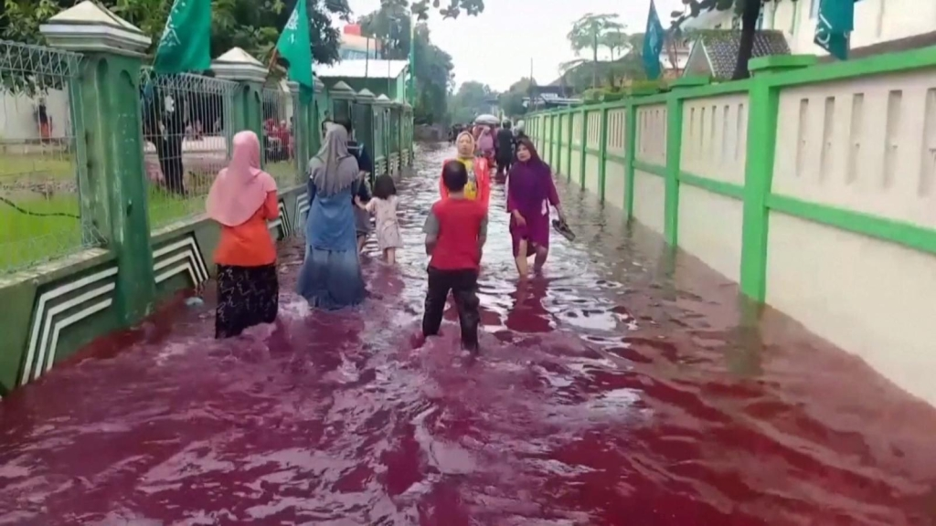 Un río color sangre en Indonesia