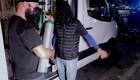Joven lleva oxígeno en ruedas para pacientes de covid-19
