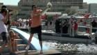 Tom Brady lanza el trofeo Lombardi de un yate a otro
