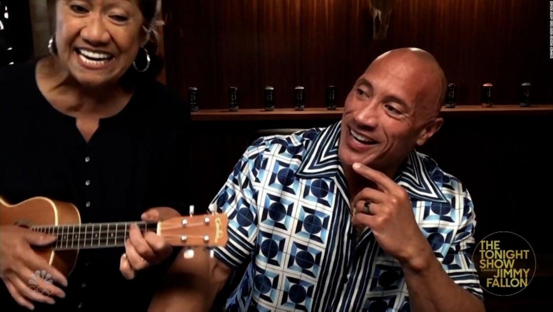 Mira a The Rock haciendo un dueto con su madre