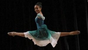 Niña que nació sin brazos persigue su sueño como bailarina