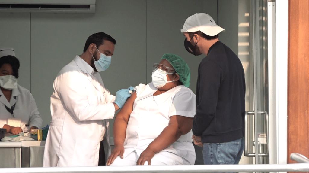 Aplican primeras vacunas de covid-19 en El Salvador
