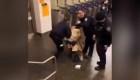 Controversia por video de policía golpeando a sospechoso