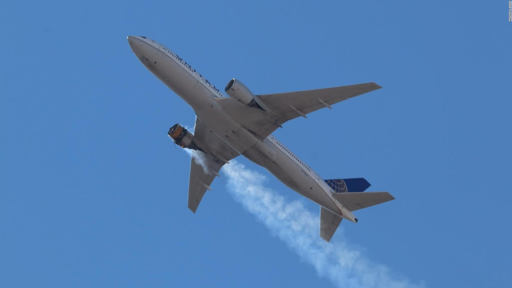 Investigan fallo de motor en vuelo de United Airlines