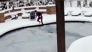 Se arroja a piscina congelada para salvar a su perro
