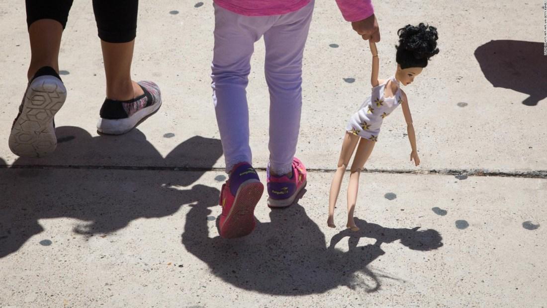 Reunifican a menores separados de sus padres por Trump