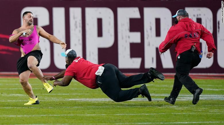Super Bowl aficionado invade el campo