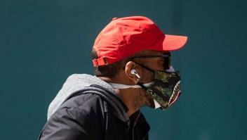persona usa dos mascarillas podría tener mayor protección contra el coronavirus