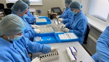 Rusia presume nueva fábrica de vacunas de covid-19 incluso cuando su gente hesita en recibir la vacuna