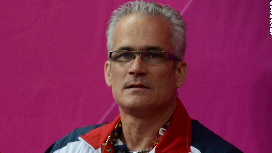 Se suicida John Geddert, el exentrenador del equipo de gimnasia de EE.UU. acusado de tráfico de seres humanos y agresión sexual
