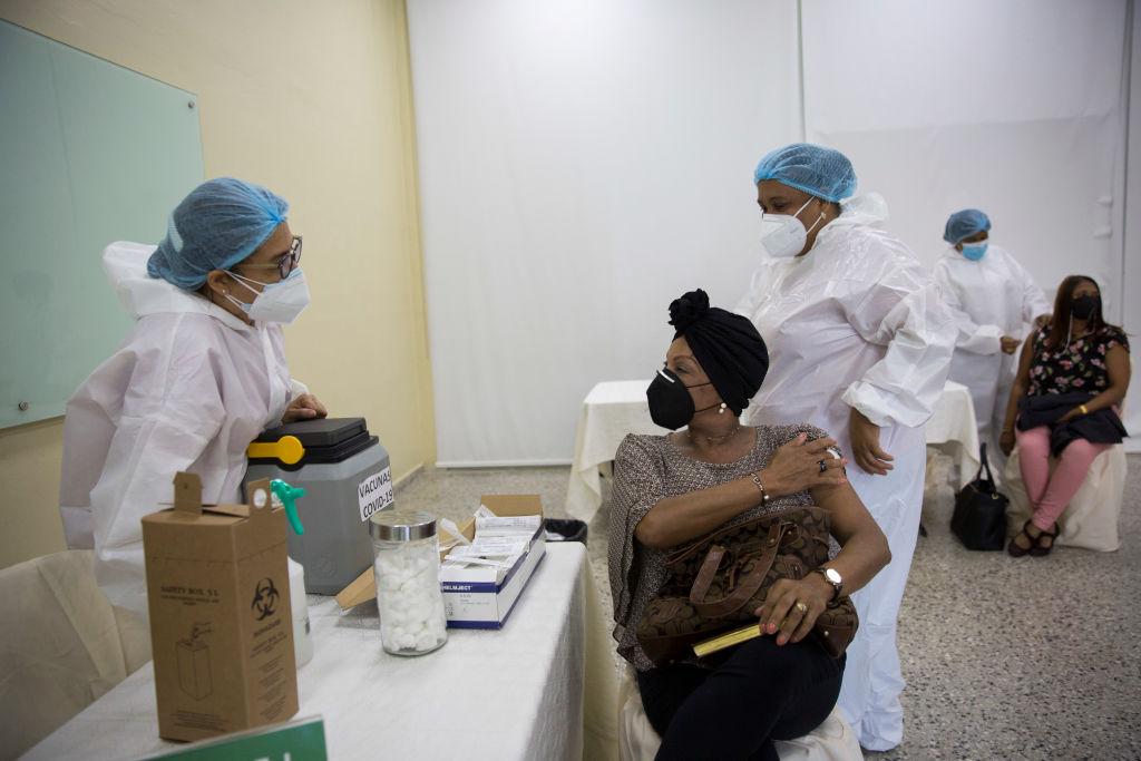 Comienza la vacunación de maestros en República Dominicana