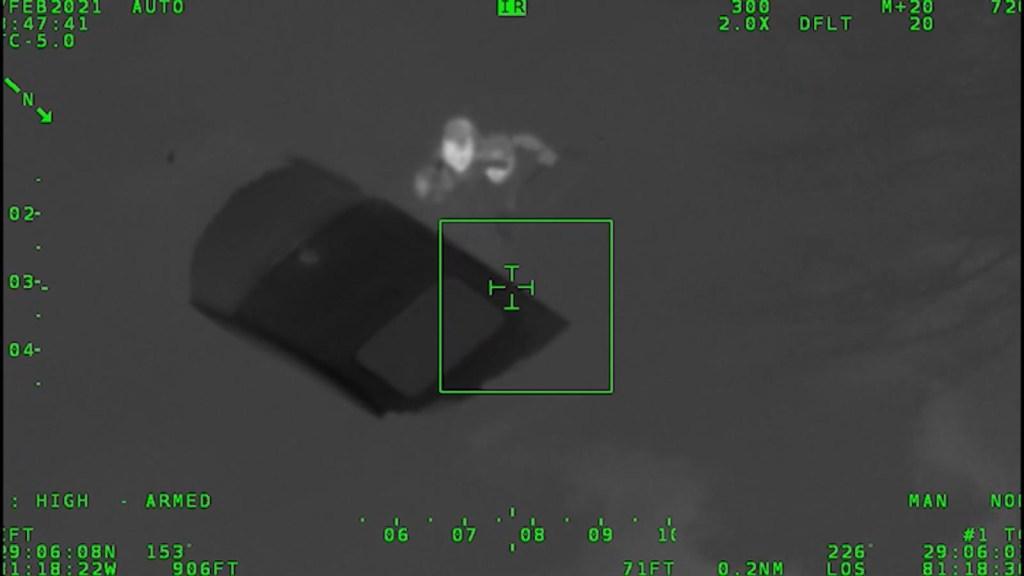 Rescatan a mujer de auto que se hundía en el agua
