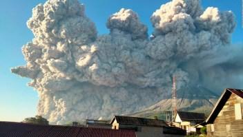 Volcán Sinabung en Indonesia hace erupción