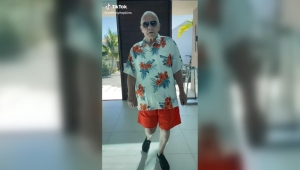 Anthony Hopkins se luce con baile en TikTok