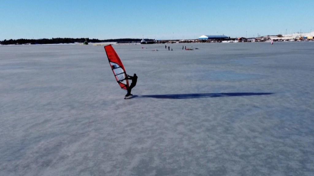 Mira estos surfistas patinando sobre hielo